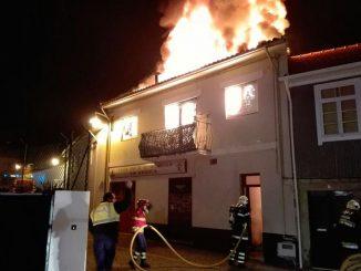 Incêndio destruiu casa na vila de Arouca