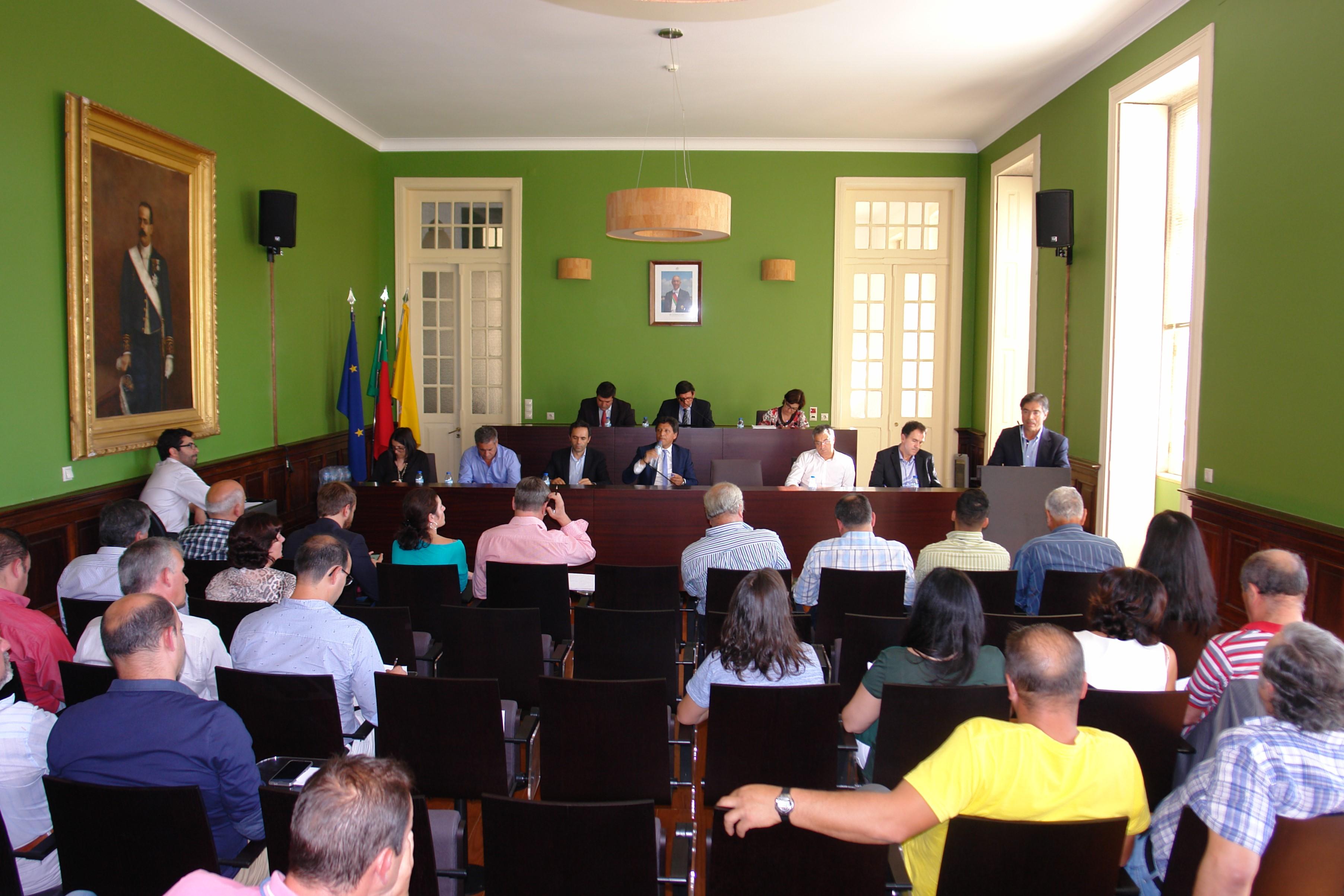 Assembleia Municipal em dia de eleições fortemente marcada pelo espectro da sessão da tomada de posse