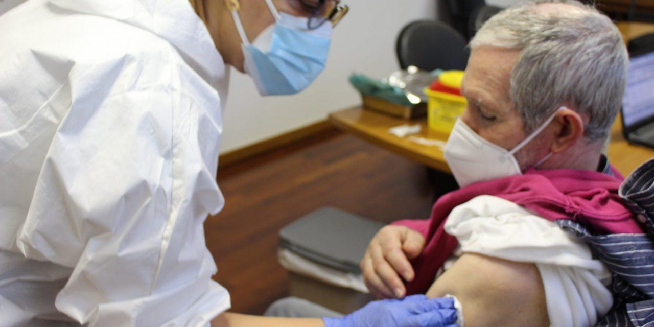 Utentes e funcionários dos Lares de Idosos de Arouca e Vale de Cambra foram vacinados contra a Covid-19